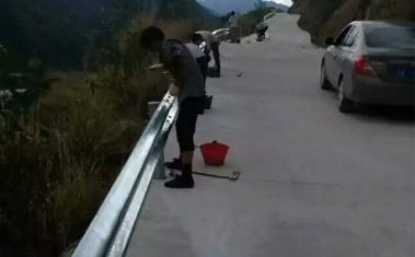 公路波形护栏案例施工